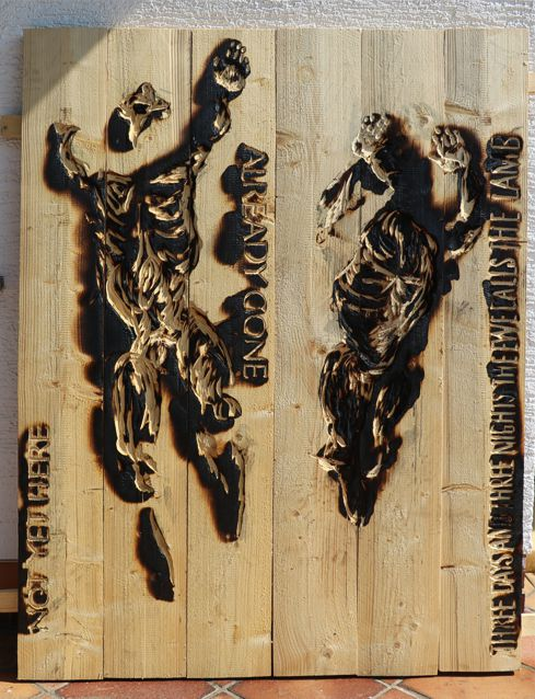 geflammtes Holzrelief